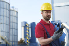 Arbeitskraft gekleidet im Sicherheitsoverall Stockbilder