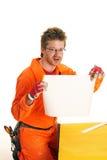 Arbeitskraft hält das Blatt des Weißbuches an Lizenzfreies Stockbild