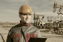 Arbeitskraft im Ölfeld Stockfotos