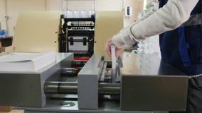 Arbeitskraft im Druckhaus nimmt an Drucken teil stock footage