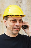 Arbeitskraft im gelben harten Hut lizenzfreie stockbilder
