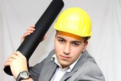 Arbeitskraft im Sturzhelm, der einen Plan hält Lizenzfreies Stockfoto