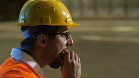 Arbeitskraft im Sturzhelm Sandwich essend stock footage