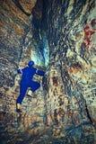 Arbeitskraft im Tunnel Personal in einer Schutzanzugkontrolle sedimentiert in der felsigen Wand Stockfotos