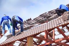 Arbeitskraft installieren Dachplatte für neues Haus Lizenzfreie Stockbilder