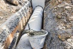Arbeitskraft installieren konkreten Einsteigelochbau; Lizenzfreies Stockfoto