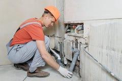 Arbeitskraft installiert Abwasserrohre Lizenzfreie Stockfotos