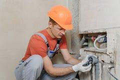 Arbeitskraft installiert Abwasserrohre Stockfotos