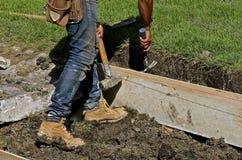 Arbeitskraft installiert Formen für Beschränkungsprojekt Lizenzfreies Stockfoto