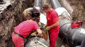 Arbeitskraft ist justieren das Werkzeug, das auf Rohr für das Schweißen von zwei Rohren gesetzt wird stock footage