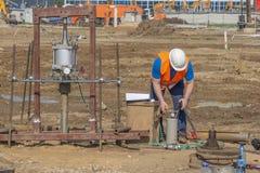 Arbeitskraft leitet Prüfung unter umgebungsbedingter Beanspruchung stockfoto