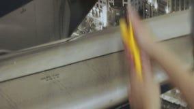 Arbeitskraft macht die Wand mit Rolle glatt stock footage
