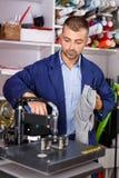 Arbeitskraft macht einen Druck auf seinem Hemd lizenzfreie stockbilder