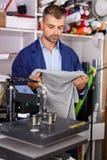 Arbeitskraft macht einen Druck auf seinem Hemd stockbild