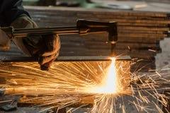 Arbeitskraft metallschneidend mit Acetylenschweißen-Schneidbrenner Stockfotos