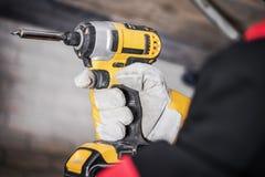 Arbeitskraft mit Bohrgerät-Fahrer Stockfotografie