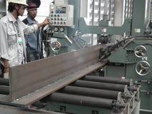 Arbeitskraft mit der Stahlträgereisenfördermaschine des automatischen Schweißens Edelgas lizenzfreies stockfoto
