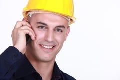 Arbeitskraft mit einem Mobiltelefon Stockbild