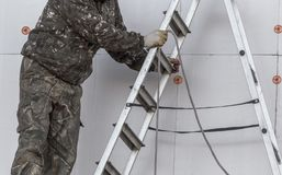 Arbeitskraft mit einem Seil in der Hand lizenzfreie stockfotografie
