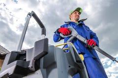Arbeitskraft mit Hochdruckreiniger stockfoto