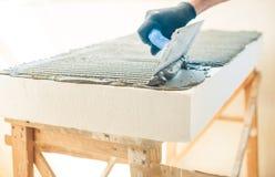 Arbeitskraft mit Kellebedeckungsschaumstoff Lizenzfreies Stockfoto