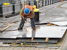 Arbeitskraft mit metallschneidender Fackel Stockbilder