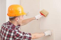 Arbeitskraft mit Pinsel stockbilder