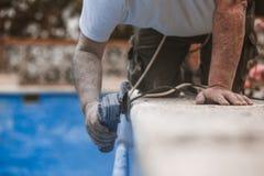 Arbeitskraft mit Radialstrahl sah mit Staub auf der Luft mit blauem Hintergrund lizenzfreies stockbild