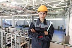 Arbeitskraft mit Schlüssel an CNC-Fabrik Stockfotografie