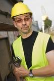 Arbeitskraft mit Schutzhelm und Schlüssel stockbild