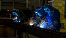 Arbeitskraft mit Schutzmaskeschweißen Stockbilder
