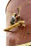 Arbeitskraft mit Schutzmaskeschweißensmetall und -funken Lizenzfreies Stockbild