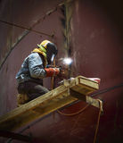 Arbeitskraft mit Schutzmaskeschweißensmetall und -funken Lizenzfreie Stockfotografie