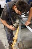 Arbeitskraft mit Winkelschleifer Stockbild