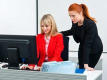 Arbeitskraft mit zwei Kollegen im Büro mit Computer lizenzfreie stockfotos