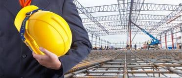 Arbeitskraft oder Ingenieur, die im Handgelben Sturzhelm halten Lizenzfreie Stockfotografie