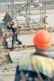 Arbeitskraft planiert die Bestimmung der Platte anhebend durch Kran Lizenzfreies Stockfoto