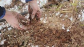 Arbeitskraft produziert die Geologie des Bodens Schließen Sie herauf Hände stock footage