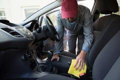Arbeitskraft-Reinigung Seat innerhalb des Autos Stockbild