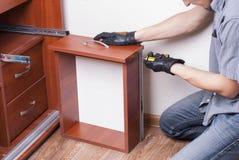 Arbeitskraft repariert Möbel Lizenzfreies Stockbild