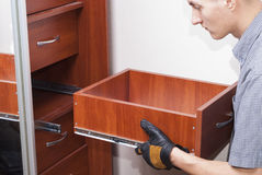 Arbeitskraft repariert Möbel Lizenzfreie Stockbilder