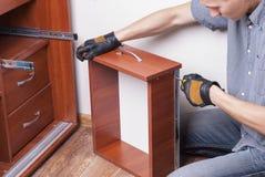 Arbeitskraft repariert Möbel Stockfoto