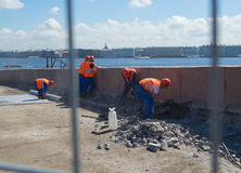 Arbeitskraft Russlands St Petersburg im Juli 2016, die den Damm repariert Lizenzfreie Stockfotografie