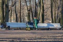 Arbeitskraft säubert Mülltonnen vom Rückstand stockfotos