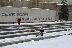 Arbeitskraft säubert Schnee von den Bürgersteigen mit Schneekanone auf dem Mamaev Kurgan in Wolgograd Stockfotos