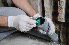 Arbeitskraft ` s Hände installieren Abwasserrohre Stockbild