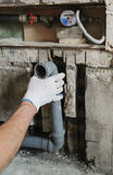 Arbeitskraft ` s Hände installieren Abwasserrohre Lizenzfreies Stockbild
