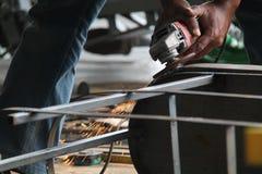Arbeitskraft Sawingmetall mit einem Schleifer, Arbeitskraft, die den Stahl, Version 43 schweißt lizenzfreie stockfotografie