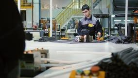 Arbeitskraft schließt Teile der Hauptkühlschranktürdichtung mit heißem Werkzeug an stock video footage