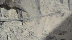 Arbeitskraft sind die Bohrung, die auf Baustelle mit pneumatischem Bohrhammer konkret ist Erbauerarbeitskraft benutzt einen Jackh stock video